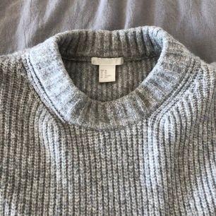 Grå stickad tröja från H&M, sparsamt använd. Strl XS men sitter ovsized.
