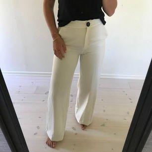 Vita fin kostymbyxor från Mango i storlek S