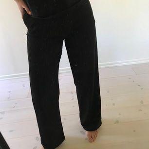 Vit randiga kostymbyxor från ONLY i storlek M