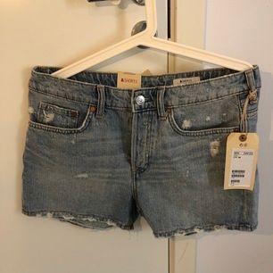 Oanvända jeansshorts från H&M. Märke high waste. Nypris 249 kr. Färgen ser gråare ut på bilden men är mer ljusblå