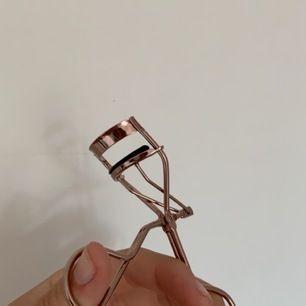 Säljer denna fina ögonfransböjaren som är använd endast 2 gånger! 15kr + frakt!🥰 NYSKICK!