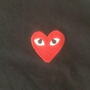 Jag har bestämt mig för att sälja min fina cdg tröja då den längre inte kommer till användning på grund av att den är för stor på mig! Tidigare köpt här på Plick och är i mycket bra skick. Frakt ingår ej! 🥰 kan gå ner i pris vid snabb affär