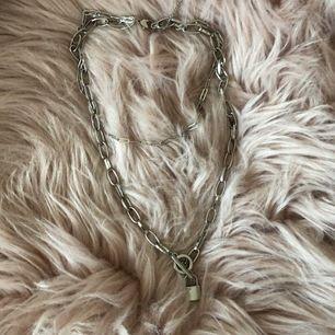 Coolt halsband med lås!