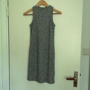 Stickad kort klänning i grå-svart tråd. Fin kvalité på tyget. Rätt tunn för att vara stickad så funkar även på kallare sommardagar. 45kr frakt.