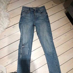 Ett par snygga mom jeans från gina, säljer för att de är för små för mig, skriv för fler biler så löser jag😊