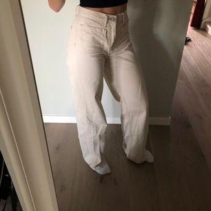 Ett par ljusa(beige) jeans som jag knappt använda av ingen anledning, de har bara inte kommit till användning. Frakten står kunden för❣️❣️❣️