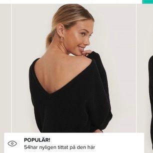 Svart stickad tröja med v neck från nakd, använd 1-2 gånger så i välsigt fint skick (frakt räknas in i priset)