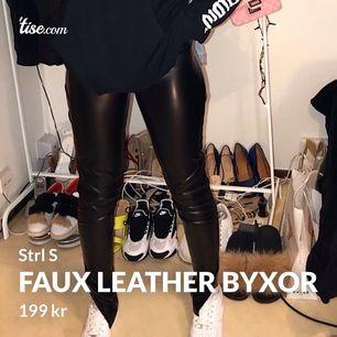 Faux leather byxor med slits på sidorna i strl S, endast använda en gång. Inget fel på de, säljer pga de inte sitter som jag ville.  Pris: 199kr