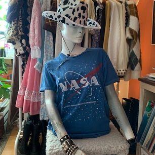 T-shirt från Urban Outfitters med nasa-logga!