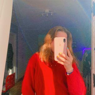 En jättefin röd stickat tröja som känns som kashmir men vet ej om det är det eller inte för jag köpte den på en second hand butik!! vet inte heller storlek eller märke tyvärr:(💖🙏🏾