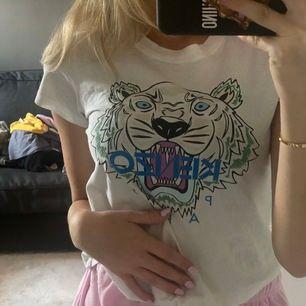 Äkta fin t-shirt från kenzo. Kommer tyvärr inte till användning längre! 💕