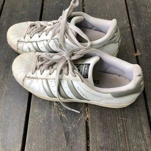Snygga vita/silvriga adidas sneakers i strl 40! Lite slitningar men inga stora synliga. Säljer då dom är för stora för mig.