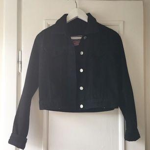 Knappt använd svart kort jeansjacka.