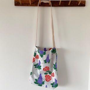 Handgjord axelremväska/ crossbody tygpåse / tote bag . Det kommer inte att vara perfekt eftersom det är handgjorda, men det är väldigt söt och prefekt för sommaren, 26.5 x 37  🌸🌼 Frakt är 22kr #sommar #blom #blommor