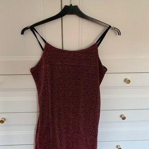 En röd glittrig klänning från Cubus i storlek 146/152 typ som xxs. Det är svart tyg under. Säljer pga för liten för mig. Aldrig använd!! Säljer för 130 kr, frakt inkluderas i priset❣️