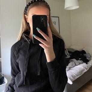 en super skön svart hoodie ifrån gina! Den är storlek XXS men stor i storleken (jag brukar ha Xs eller S i tröjor)☺️