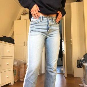 Ljusa jeans med vit detalj på sidan. Supercoola och fina. Säljer pga för små för mig. Står ej vilken storlek men jag skulle säga S. Tar emot bud🥰❤️