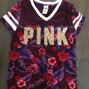 Pink tröja i storlek XS. Den är lite overzised.