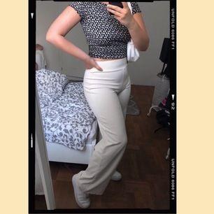 Vita stretchiga byxor från Gina Tricot. Aldrig använda, endast testade. Frakten ingår ej💛💛