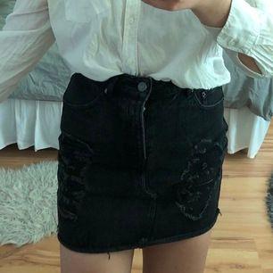 Jättesnygg kjol från bikbok med slitningar i storlek M. Sparsamt använd. Frakt tillkommer