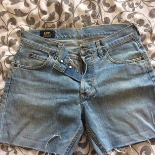 Avklippta jeans av märket Lee. Höga i midjan.
