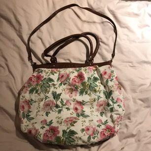 Använd blommig väska. Får plats med mycket saker. Fortfarande i ok skick
