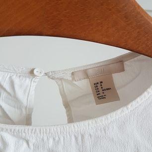 Jättefin vit blus. Skrynklig pga oanvänd i garderoben. Härlig textur och superfin utkörning i ryggen. Storlek 38 men passar bättre på en 36a. Tre kvarts ärm. Frakt ingår :)