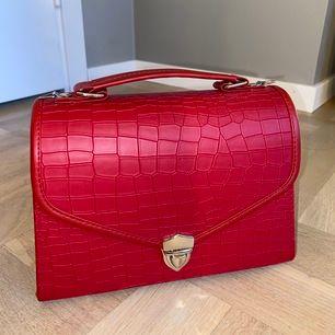 Oanvänd väska, medföljer axelremsband. Säljer pga jag inte fått användning för väskan. Kan fraktas, köparen står för fraktkostnad. (Vid snabbt köp kan jag sälja billigare)