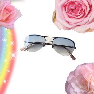 🍒Y2K BICH🍒 Läckra solbrillor i blått med strasshjärta. 2 good 2 be true. Rätt små men rätt coola. Frakt tillkommer. Puss o k 🍒