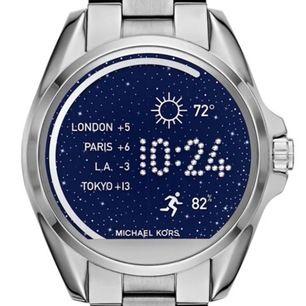 Säljer nu min skitsnygga smart Watch från michael kors då den inte används. Köpt i usa men svensk laddare medföljer såklart, knappt använd och inte skavanker! Skicka meddelande vid frågor, intresse, bilder etc!💜