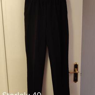 Svarta kostym byxor i lite tjockare material, resår i midjan. 😊 Kika gärna in vad mer jag säljer! 💞