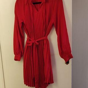 Röd klänning, helt oanvänd. Mycket fin passform! 😁 Kika gärna in vad mer jag säljer! 💞