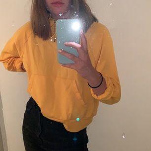 Croppad gul hoodie i storlek XS endast använd ett fåtal gånger. Passar en S också. Ska sitta lite pösigt, snygg till jeans