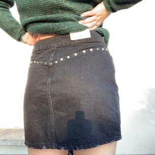En svart kjol med nitar på, den är helt oanvänd och från Zara🥰 ord pris 400kr. Den sitter bra på mig som har 36 i byxor🥰