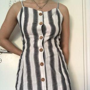 jättefin klänning från tally weijl. köpt i Italien, aldrig använd, lappen sitter kvar! 💫