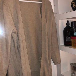 En beige mysig kofta som är jättefin och passar perfekt till en basic outfit. Säljs pga ingen användning...