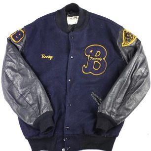 intressekoll!! helt ny och supertrendig baseball/ varisty/college jacka i med äkta läder på armarna. unisex!! köpt second hand för 800kr!!! BUDA!!