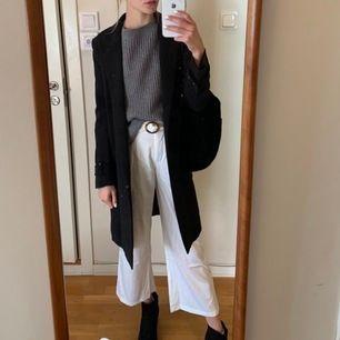 Vita, tunnare sommar-byxor med bälte!! Jääättesnygga men tyvärr för små i storleken ❤️ Passar xs/s och är i mycket bra skick 🥰 frakt tillkommer!