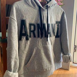 En väldigt skön sweatshirt från Armani Exchange. Lite oversize i modellen med en stor luva och snygga tryck. Säljer pga att den tyvärr inte används längre! NYPRIS: 1 399kr