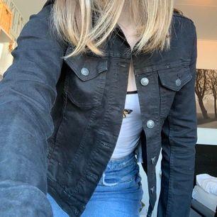 Säljer min svarta jeansjacka. Den är använd en hel sommar men är som nyskick. Inga skador någonstans men tvättar såklart innan försäljning. Säljer pga något kort i armarna och inte min stil. (Bär vanligen S så denna passar också XS)