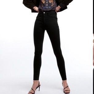 Jeans från Gina tricot i modellen Molly Jeansen är väldigt stretchiga, dock är jag är en s och dom passar mig bra så dom passar både mindre och större storlekar💖 Hålen har jag klippt själv och byxorna är i bra skick, har inte använt dom på länge 😛