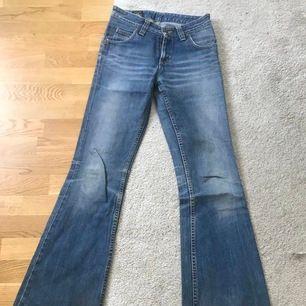 Säljer min mammas gamla äkta lee 90 tal jeans. De är storlek 24/25 i midjan å äkta jeans material så ingen stretch. Jag är strl 27 i jeans å dessa är alldeles för små så kan tyvärr inte skicka bild! Såå snygga önska verkl dessa passade mig😭🥺 frakt inkl