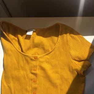 En snygg söt croppad tröja från monki! Köpt secondhand aldrig använd från mitt håll! 🧡🧡🧡🧡🧡köp på!!! (Den är lite missfärgad i heleten, men det syns inte en sådan stor skillnad!)