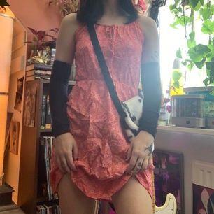 Så söt blommig rosa klänning <3 behöver strykas och sen kmr den se ut som ny !