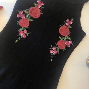 En så snygg och cool klänning från bluezoo. Är i barnstorlek men skulle säga att de är en xs om man vill ha den tajt🤩♥️ perfekt nu till sommaren!!