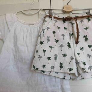 Säljer dett sett med ett par vita shorts med palmer från zara och en topp från abercrombie and fitch. Jätte bra skick. Allt i bilden ingår.