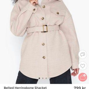 En jättefin kappa/rock svart, första bilden är hur den ser ut o andra är den jag säljer, köpt för 799, frakt ingår i priset och den är knappt använd