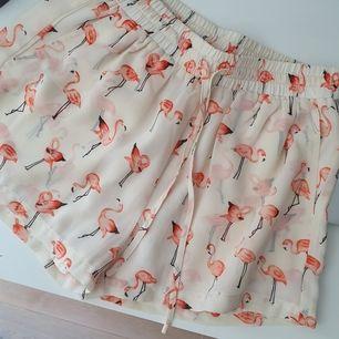 Supersöta shorts med flamingos i finare material stl S i bra skick säljes!🌼💛🤗 från Dry Lake
