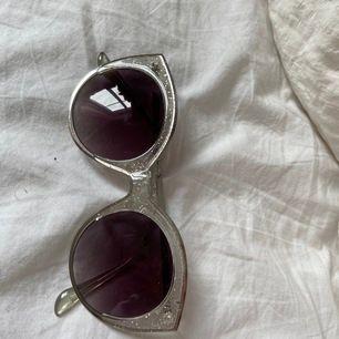 Bild 1. Fina glasögon med glittrig ram från topshop! Bild 2. Runda glasögon i roseliknande/rostig färg från monki. 30kr/st eller båda för 70kr inkl frakt. Frakt  22kr.