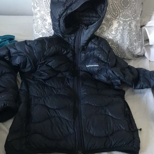 Marinblå peak jacka i storlek Small! Nästan aldrig använd och passar utmärkt som en sommarjacka